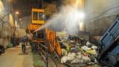Xử lý rác ban đêm tại trạm trung chuyển chất thải sinh hoạt  Quang Trung, quận Gò Vấp. Ảnh: CAO THĂNG