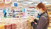 Đến siêu thị, người dân có thể mua được từ các loại mứt, hạt đến các món ăn đặc trưng Tết như bánh chưng, dưa chua, củ kiệu...