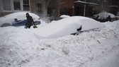 Tuyết phủ kín ô tô trên đường phố ở New York. Nguồn: TTXVN
