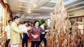 Tại Bảo tàng Trầm Hương, anh Nguyễn Văn Tưởng giới thiệu với Chủ tịch Quốc hội Nguyễn Thị Kim Ngân về chiến lược phát triển Trầm hương Khánh Hòa