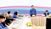 """Các đại biểu tham dự Hội thảo khoa học """"90 năm khẳng định và phát huy vai trò trường học XHCN của thanh niên Việt Nam"""" tại đầu cầu Hà Nội. Ảnh: VIẾT CHUNG"""