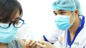 Những người đầu tiên tiêm vaccine Covid-19  tại Bệnh viện Bệnh nhiệt đới TPHCM. Ảnh: HOÀNG HÙNG