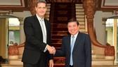 Chủ tịch UBND TPHCM Nguyễn Thành Phong tiếp ông Andrew Jeffries. Ảnh: VIỆT DŨNG