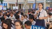 Học sinh Trường THPT Võ Thị Sáu (quận Bình Thạnh) tham gia buổi tư vấn hướng nghiệp tại sân trường