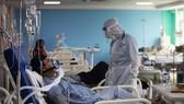 Điều trị cho bệnh nhân Covid-19 tại khoa chăm sóc tích cực của bệnh viện Sharda ở Greater Noida, Ấn Độ. Nguồn: TTXVN