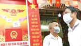 Người dân trước một điểm bỏ phiếu tại Hà Nội. Ảnh: REUTERS