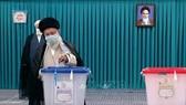 Lãnh tụ tối cao Iran Ayatollah Ali Khamenei bỏ phiếu tại một địa điểm bầu cử ở Tehran. Ảnh: IRNA/TTXVN