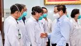 Thủ tướng Phạm Minh Chính động viên đội ngũ thầy thuốc của BV Chợ Rẫy, ngày 13-5-2021. Ảnh: VGP