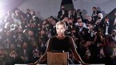 Đạo diễn Julia Ducournau thắng giải Cành cọ vàng 2021 với Titane.  Ảnh: REUTERS