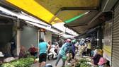 Túm tụm mua bán không đảm bảo an toàn phòng dịch tại chợ An Hội, phường 8, quận Gò Vấp Ảnh: BÙI ANH TUẤN