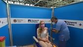 Nhân viên y tế tiêm vaccine ngừa COVID-19 cho người dân tại Rome, Italy. Ảnh: THX/TTXVN