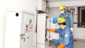 Công nhân EVNHCMC kiểm tra hệ thống điện, phục vụ người dân trong thời gian giãn cách xã hội