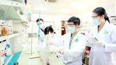 Sinh viên ngành Công nghệ sinh học Trường ĐH Quốc tế (ĐH Quốc gia TPHCM) thực hành tại phòng thí nghiệm