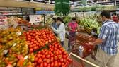 Người dân mua hàng tại siêu thị. Ảnh: CAO THĂNG