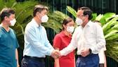Bí thư Thành ủy TPHCM Nguyễn Văn Nên cảm ơn các y, bác sĩ, những người chi viện cho TPHCM phòng chống dịch Covid-19, góp phần làm giảm số ca tử vong và bệnh nặng trên địa bàn TP, ngày 8-10. Ảnh: VIỆT DŨNG