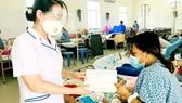 Phó Chủ tịch Hội Hộ sinh TPHCM Nguyễn Thị Tuyết Hằng trao quà hỗ trợ sản phụ Nguyễn Thị Thanh Nga