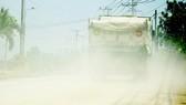 Ô nhiễm bụi là vấn đề nổi cộm hiện nay ở nước ta. Trong ảnh: Xe chở đá làm bụi mù trên đường Tóc Tiên - Châu Pha (Tân Thành, Bà Rịa - Vũng Tàu)