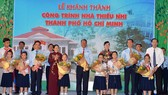 Các đồng chí lãnh đạo TPHCM chúc mừng các em tại lễ khánh thành Nhà thiếu nhi thành phố. Ảnh: Việt Dũng