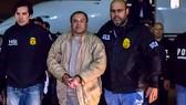 """Hình ảnh do cơ quan thực thi pháp luật Mỹ công bố, trùm ma túy Joaquin """"El Chapo"""" Guzman bị dẫn độ từ Mexico đến sân bay Long Island MacArthur ở Ronkonkoma, New York, Mỹ, ngày 19-1-2017"""