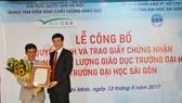 Đại diện Trung tâm kiểm đinh chất lượng giáo dục, Đại học Quốc gia Hà Nội trao giấy chứng nhận cho trường Đại học Sài Gòn