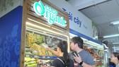 Người tiêu dùng mua sản phẩm Co.op Organic tại Co.opMart Cống Quỳnh. Ảnh: THÀNH TRÍ