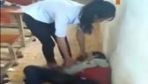 Cảnh nữ sinh đánh hội đồng lan truyền trên mạng. Ảnh: Cắt từ Video