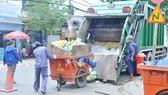 Thu gom rác tại quận 8, TPHCM. Ảnh: CAO THĂNG