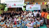 Các thành viên trong ban tổ chức cùng vui chơi với các em ở Trung tâm Bảo trợ xã hội trẻ em thiệt thòi