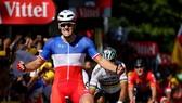 Arnaud Demare ăn mừng chiến thắng ở đích đến.