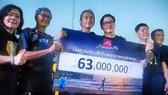 Ca sĩ Body Slam (thứ 3 từ trái sang) và số tiền quyên góp giúp Bệnh viện Bang Saphan.