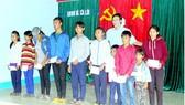 Các học sinh hộ nghèo người dân tộc Chăm ở xã Cà Lúi (huyện Sơn Hòa, tỉnh Phú Yên)  nhận học bổng của Báo SGGP. Ảnh: VÂN KHANH