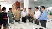 Bín thư Thành ủy TPHCM nghe giới thiệu sản phẩm của Công ty CP Công nghiệp hỗ trợ Minh Nguyên