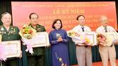Trưởng ban Tuyên giáo Thành ủy TPHCM Thân Thị Thư trao huy hiệu 40 năm, 45 năm tuổi đảng cho các đồng chí đảng viên. Ảnh: VIỆT DŨNG