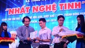 Ông Lê Quốc Phong (thứ 2 từ trái qua) luôn quan niệm sống thì phải cho đi. Ảnh: Phan Nam