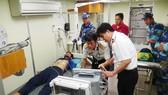 Anh Trương Thành Vũ đang được bác sĩ chăm sóc