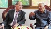 Nguyên Tổng Bí thư, nguyên Chủ tịch nước Lào Khamtay Siphandon nay bày tỏ mong muốn hai nước Việt - Lào luôn gìn giữ và phát huy truyền thống hữu nghị, quan hệ đoàn kết đặc biệt của hai nước Việt - Lào. Ảnh: KIỀU PHONG
