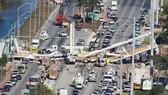 Hiện trường vụ sập cầu tại Floria. Ảnh: REUTERS