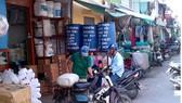 Nhiều cửa hàng kinh doanh hóa chất tập trung tại khu vực gần chợ Kim Biên (Quận 5, TPHCM). Ảnh: VGP