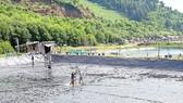 Sau vụ đầu thất bát, người dân cải tạo ao hồ để thả tôm mới