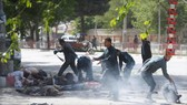 Cảnh sát giúp các nhà báo, các nạn nhân trong vụ nổ thứ 2 tại Kabul ngày 30-4-2018. Ảnh: REUTERS