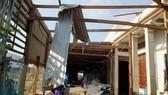 Hàng trăm căn nhà của người dân bị sụp, tốc mái  do lốc xoáy