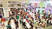 Khách ăn uống, mua sắm tại AEON ở quận Tân Phú. Ảnh: CAO THĂNG
