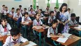 Cô và trò Trường THCS An Thới Đông, huyện Cần Giờ, TPHCM trong một giờ lên lớp. Ảnh: Thu Tâm