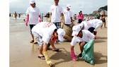 Thanh niên tình nguyện dọn rác trên bãi biển Vũng Tàu