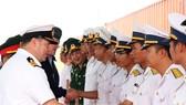 Đại tá Tim Neild chỉ huy tàu Abion của Hải quân Hoàng gia Anh chào đại diện lực lượng hải quân Việt Nam tại lễ đón tàu. Ảnh: TTXVN