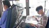 Kệ báo trên xe buýt