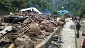 Người dân kiểm tra một địa điểm sau khi bị lũ quét qua tại làng Saladi, Mandailing Natal, tỉnh Bắc Sumatra ngày 13-10