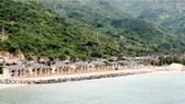 Phần thi công kè chắn sóng làm xấu cảnh quan bãi biển Đại Lãnh