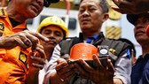 Quan chức Indonesia cầm thiết bị ghi dữ liệu chuyến bay JT610 được tìm thấy hôm 1-11