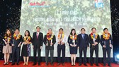 Phó Chủ tịch thường trực UBND TPHCM Lê Thanh Liêm và Tổng biên tập báo SGGP Nguyễn Tấn Phong trao giải Thương hiệu Việt. Ảnh: VIỆT DŨNG